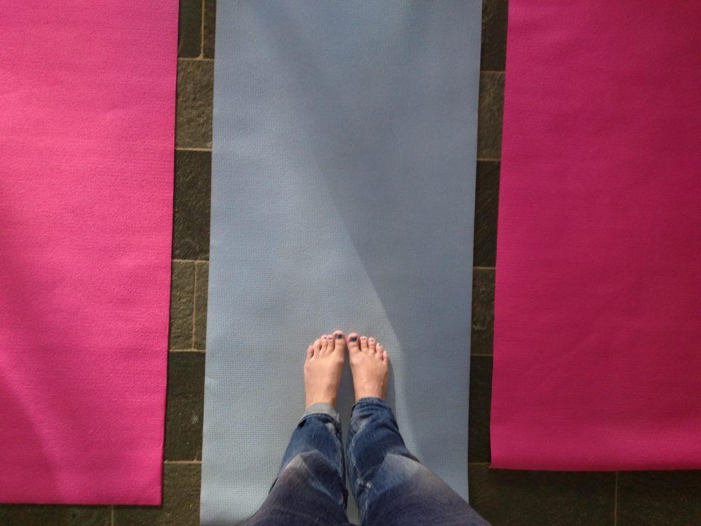 Füße auf Yogamatte