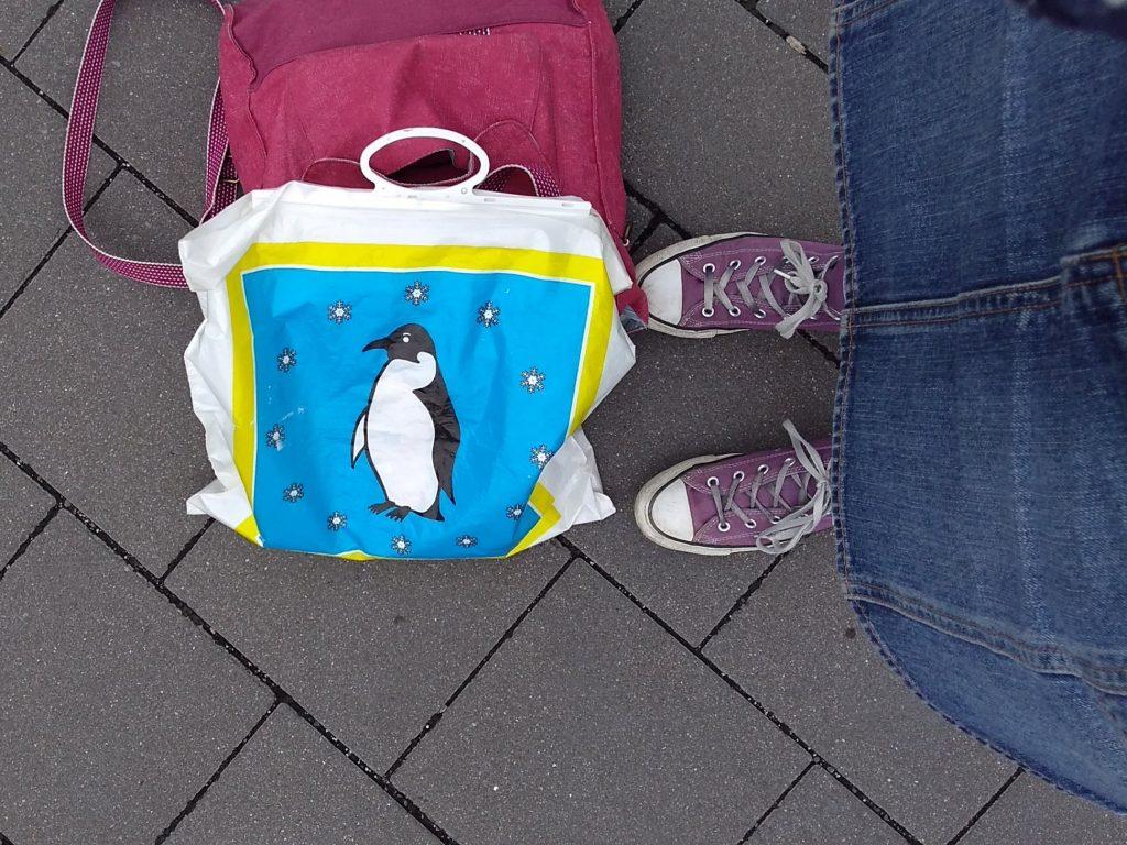 Taschen zu Füßen