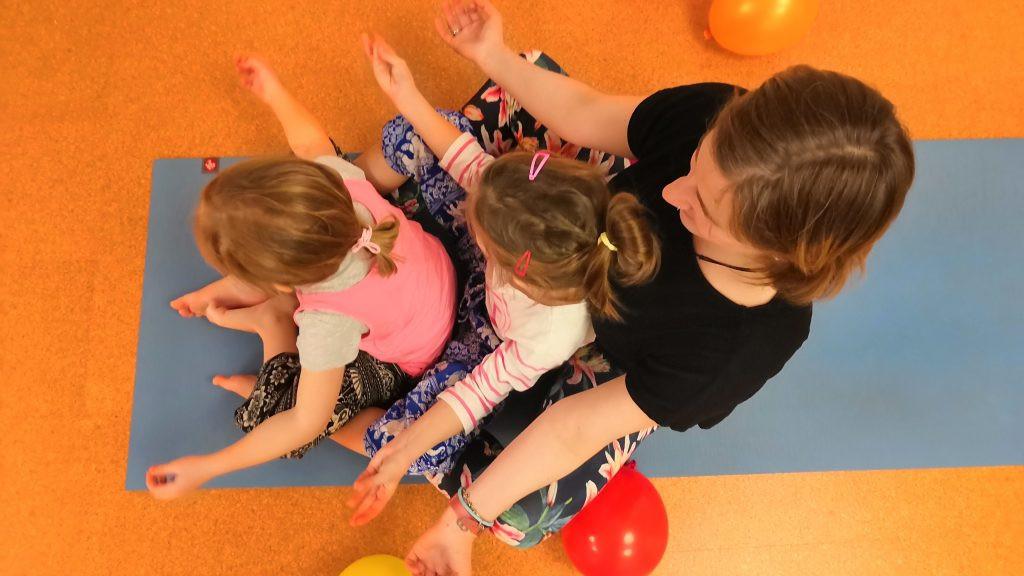 Yoga-Mama mit Töchtern
