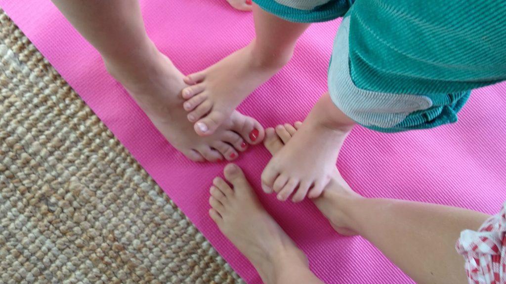 Füße beim Family-Yoga