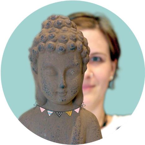 Maike hinter Buddha-Figur