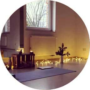 Yogaraum mit Kerzen